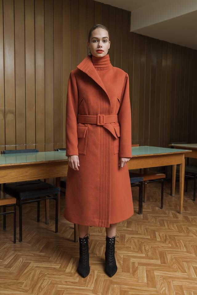 Ahogy ezt a rozsda árnyalatú Daige kabátot is szívesen látnánk a szekrényünkben.