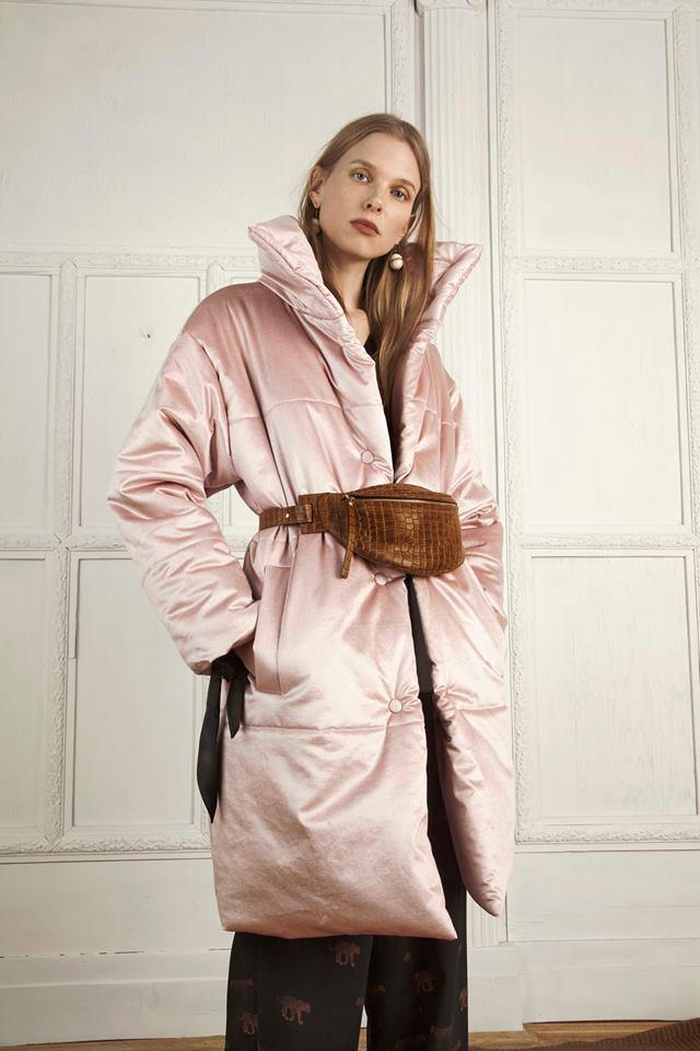 Világos rózsaszín kabát barna hasitasival? Miért ne! Egy ilyen kabátért 184.970 forintot kérnek a márkánál.