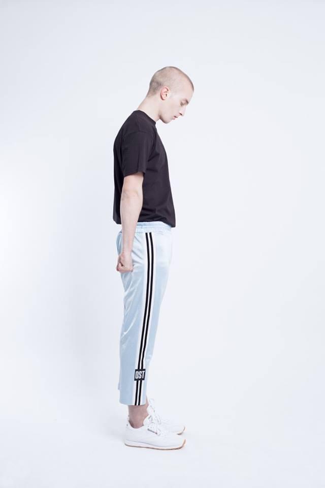 Az OST is készített oldalt csíkos tréning nadrágot a szezonra.