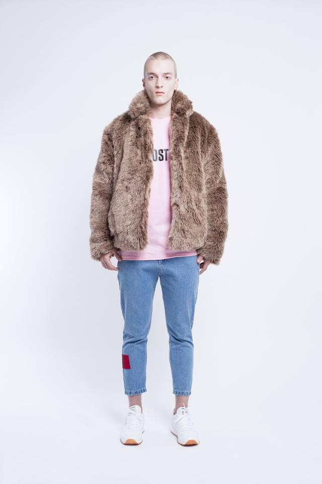 Rózsaszín pulóverrel hordjuk a barna szőrmedzsekit az Ost tervezői szerint.
