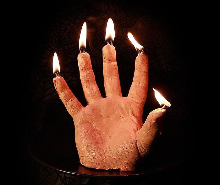 A kéz viaszfelülete teljesen valószerűen van kidolgozva, imitálva a valódi, levágott kézfejet.