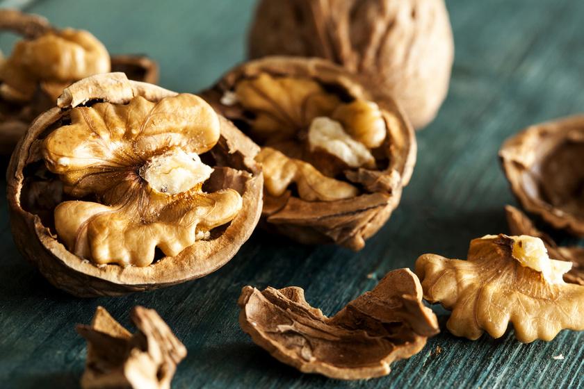A dió tele van értékes anyagokkal, főként fehérjével, magnéziummal, kalciummal, káliummal, E- és B-vitaminokkal. Gyulladáscsökkentő hatású, flavonoidtartalma révén pedig segít enyhíteni az aranyér tüneteit is.