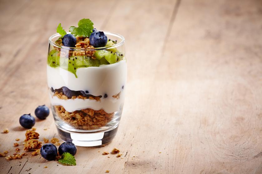 Rétegezz pohárba egy evőkanál zabpelyhet és gyümölcsöt, aztán két evőkanál görög joghurtot, míg összesen 70-70-100 gramm lesz a pohárban. Tedd a hűtőbe éjszakára, és fogyaszd reggel. Ez 142 kalória.