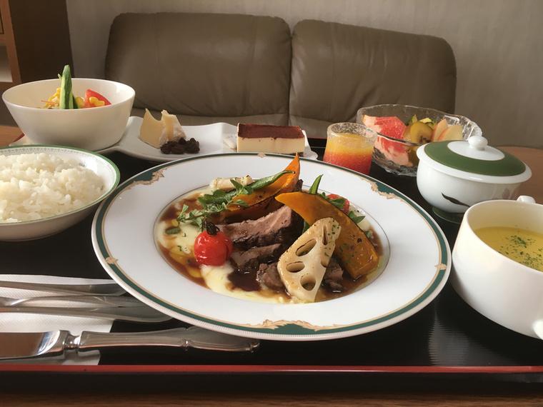 Az utolsó, ünnepi vacsora: Camambert mazsolával, sült marha, sütőtök, krumplipüré, lótuszgyökér szafttal, kukoricaleves, rizs, saláta, tiramisu, gyümölcs, narancslé, zöld tea