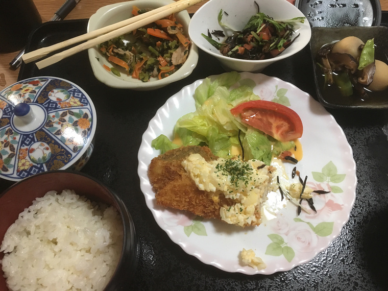 Sült hal tartármártással, krumpli, algasaláta, pirított spenót és sárgarépa, rizs és zöld tea