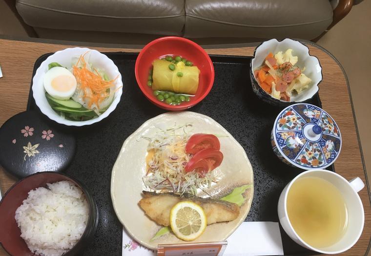 Tőkehal, káposztasali, tésztasali, édesburgonya és zöldborsó, rizs és zöld tea