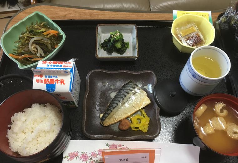 Csak egy kis makréla kombu salátával, natto (kb: fermentált szója), spenótsaláta, misoleves, rizs, tej és zöldtea