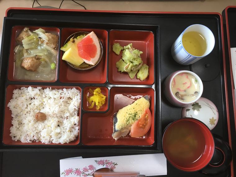 Tengeri süllő, tésztasaláta, csirkefasírt, savanyított retek, rizs, miso leves, és chawanmushi, ami egy sós, tojással készülő előétel, aminek nagyjából vaníliasodó állaga van