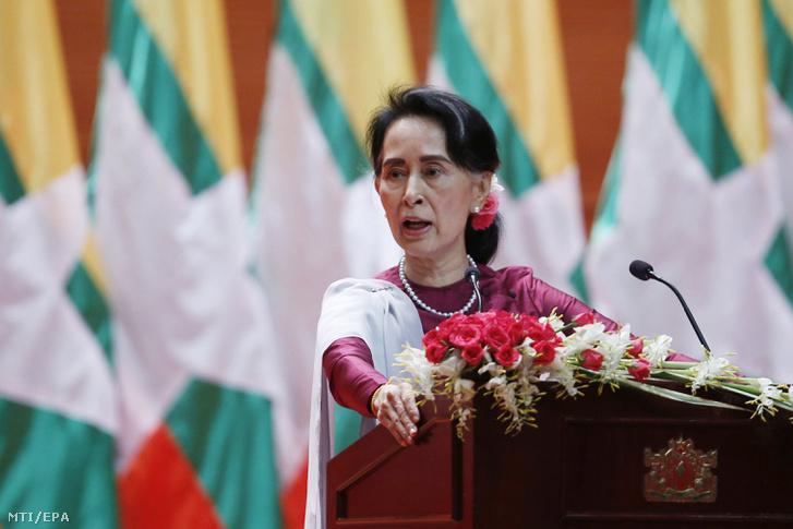 Aung Szan Szú Kji mianmari külügyminiszter felszólal a mianmari parlamentben Najpjidóban ahol elítélte a kisebbségi rohingják elleni jogsértéseket és a vétkesek felelõsségre vonását ígérte 2017. szeptember 19-én.