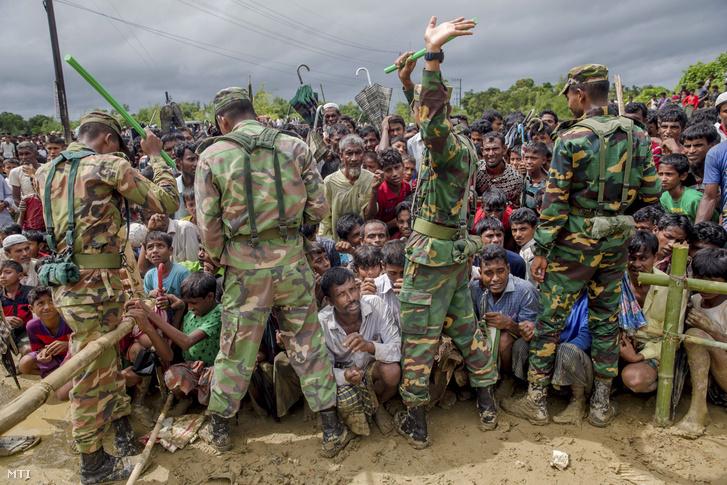 Mianmari rohingja menekült férfiak bangladesi katonák felügyelete alatt