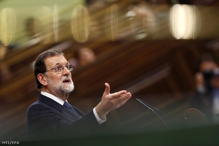 Mariano Rajoy spanyol miniszterelnök felszólal a spanyol parlament alsóházi ülésén Madridban 2017. október 11-én.