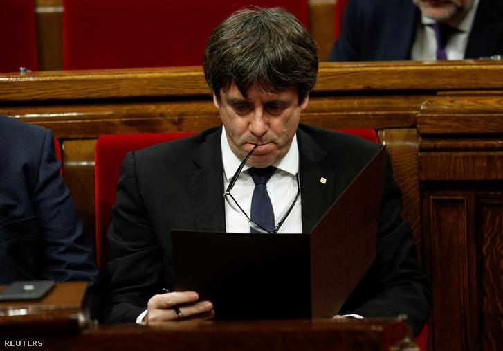 Carles Puigdemont katalán elnök felszólal a katalán parlament rendkívüli ülésén Barcelonában 2017. október 10-én.