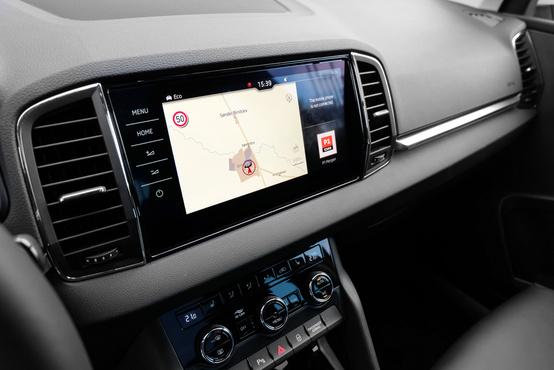 VW-féle, gesztusvezérlést is értő központi rendszer, de a szoftver a Skodáé