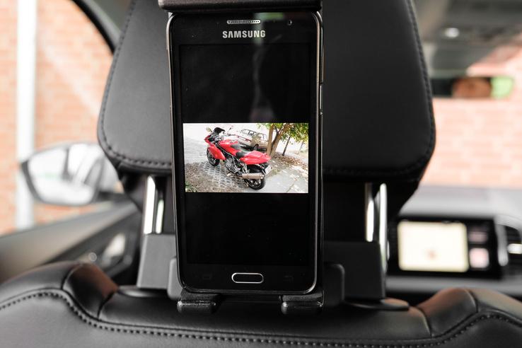 Mobiltartó a hátul ülőknek