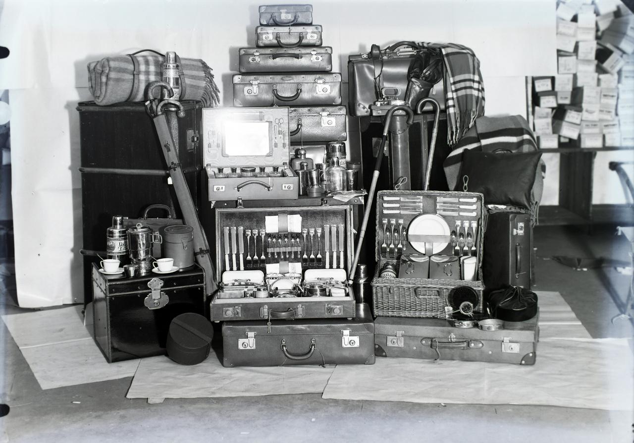 """Elegáns útiládák, decens bőröndök zavarba ejtően sokféle méretben, anyagból és funkcióval, na meg a kiegészítők: úti takaró, termosz, vízforraló, sétabot és elől a kis kerek csomagban hordozható mini lemezjátszó. Igaza volt a korszak népszerű könyvének, az Új Idők több kiadást megért Illemkódexének: """"Az utazás – művészet! […] Utazni csak olyan ember tud, aki úgy külsőleg elő tudja készíteni az utazást, mint belsőleg, lélekben, elő tud rá készülni."""""""