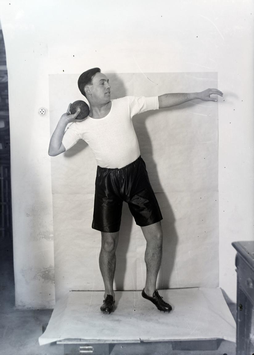 """Az eleganciáról és a megfelelő felszerelésről a súlylökőknek sem kellett már lemondaniuk. A századforduló előtt a sportot leginkább úri huncutságnak tartották, az 1930-as évekre már népszerű, sőt szükséges. Az illem is megkívánja: """"Az elpuhult testet, a petyhüdt izmokat szépnek mondani nemigen lehet. Sportolj! A sport nemcsak a testet fejleszti. A lelket is. Bátorságunkat, önbizalmunkat, higgadtságunkat fokozza."""""""