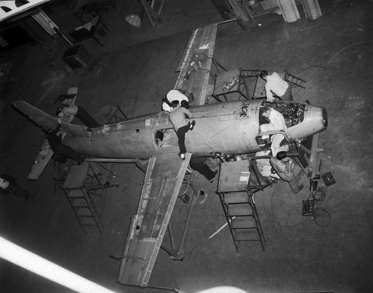 Tízen dolgoznak egyszerre a készülő kísérleti gépen a Bell Aircraft Corporation buffalói gyárában.