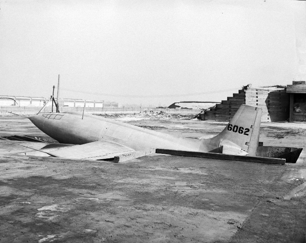 Hogy a bombázók alá lehessen csatolni a gépek törzsét, ilyen aknákat alakítottak ki a kísérleteket vezető hadsereg kaliforniai légibázisán.