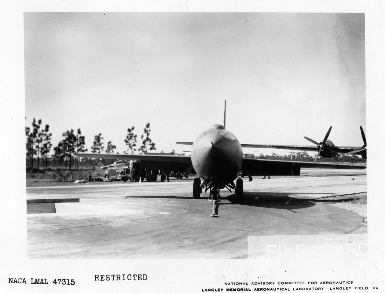 """A Bell X-1 az Edwards légibázison. A program kezdetén egyébként még XS-1 néven hívták a repülőgépet (XS, """"experimental - supersonic"""", avagy kísérleti szuperszonikus). A jelölést később egyszerűsítették X-1-re."""