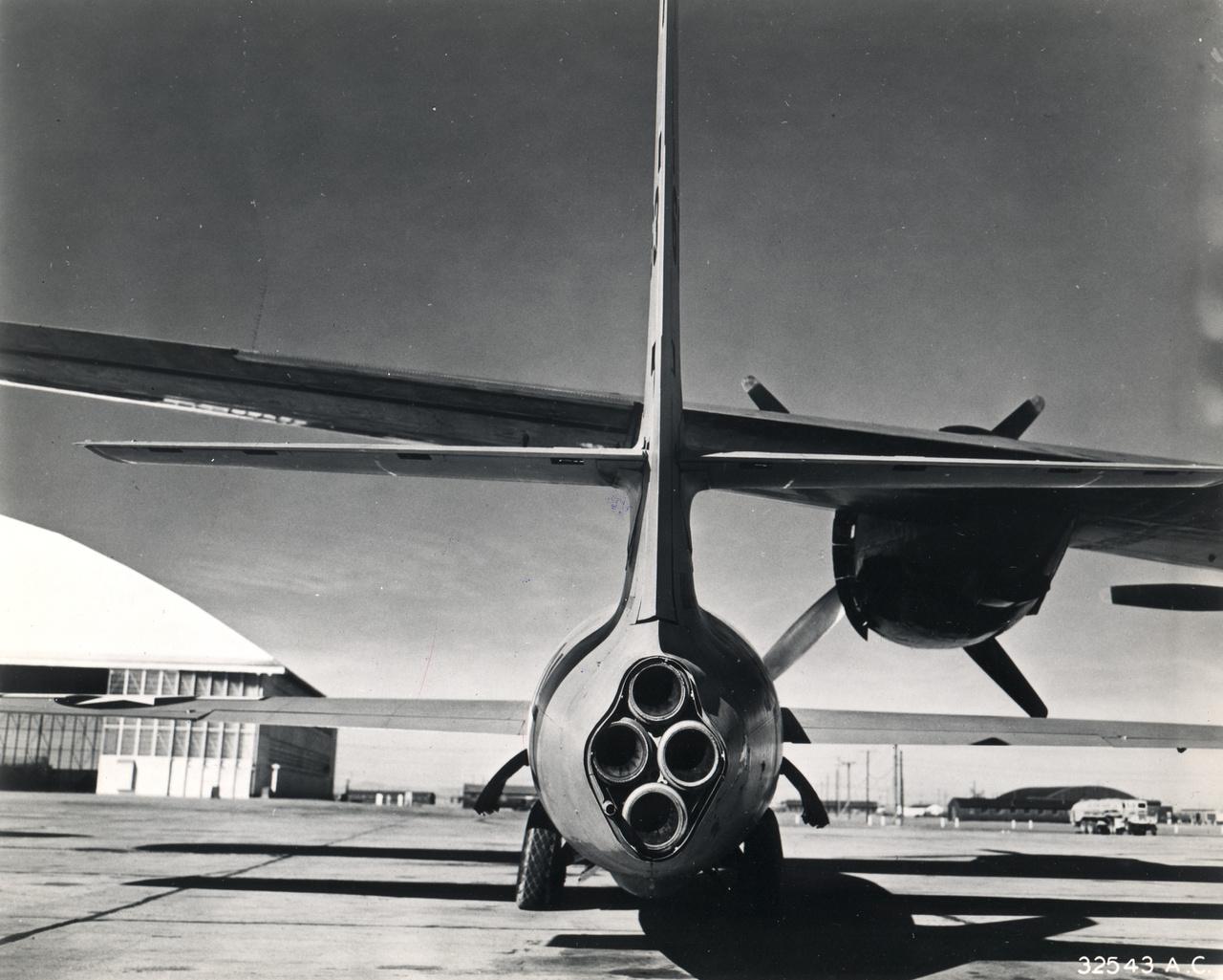 Mivel akkortájt nem voltak még elég nagy teljesítményűek a sugárhajtású repülőgép-hajtóművek, a Bell X-1-be egy négykamrás XLR-11 rakétamotort szereltek, ami összesen 26,500 Newton statikus tolóerő kifejtésére volt képes.