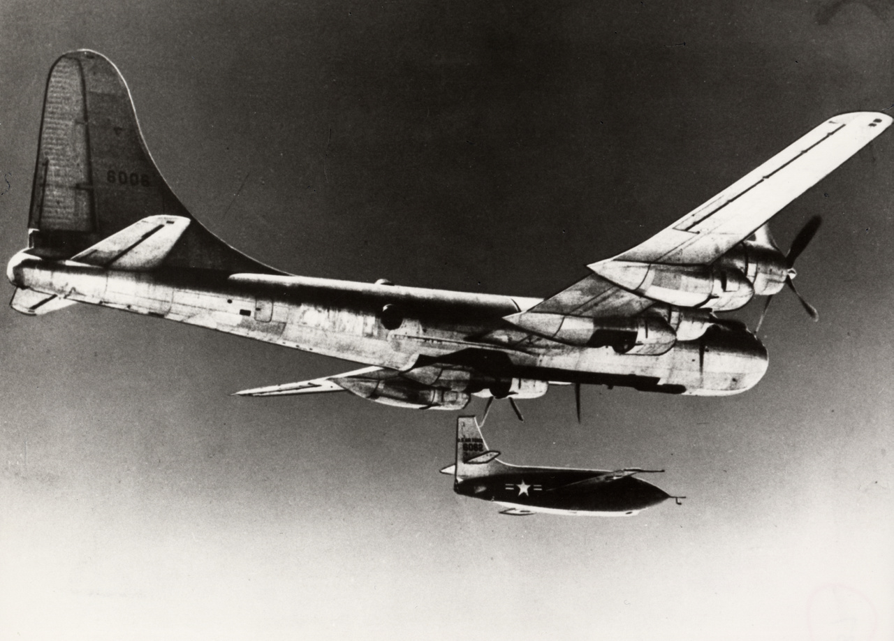 Az eloldás pillanata, ami után még pár pillanatig szabadon siklik az X-1, a rakétahajtómű beindításáig.