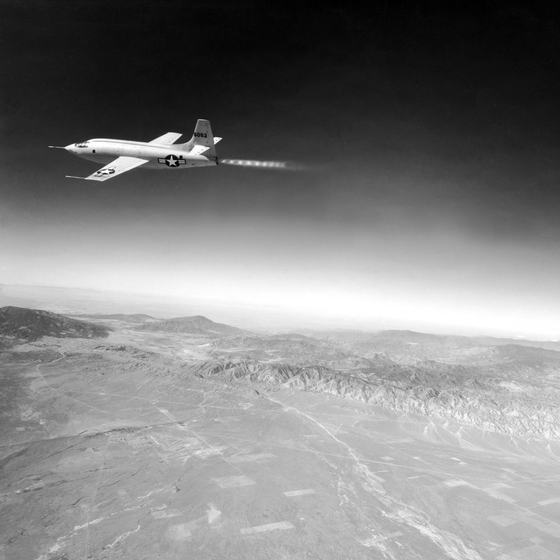 Ez a pazar kép egy Lockheed FP-80 Shooting Star kísérőgépből készült 1947. október 14-én, a rekordrepülés során.