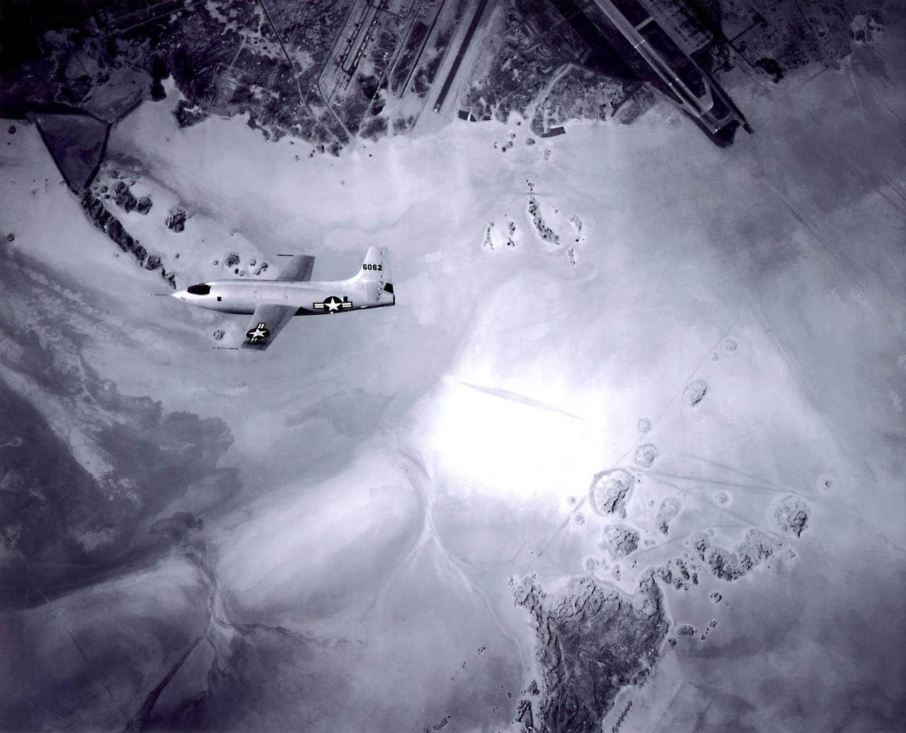 A Bell X-1 siklórepülésben, az első szuperszonikus repülés után, az Edwards légibázis fölött.