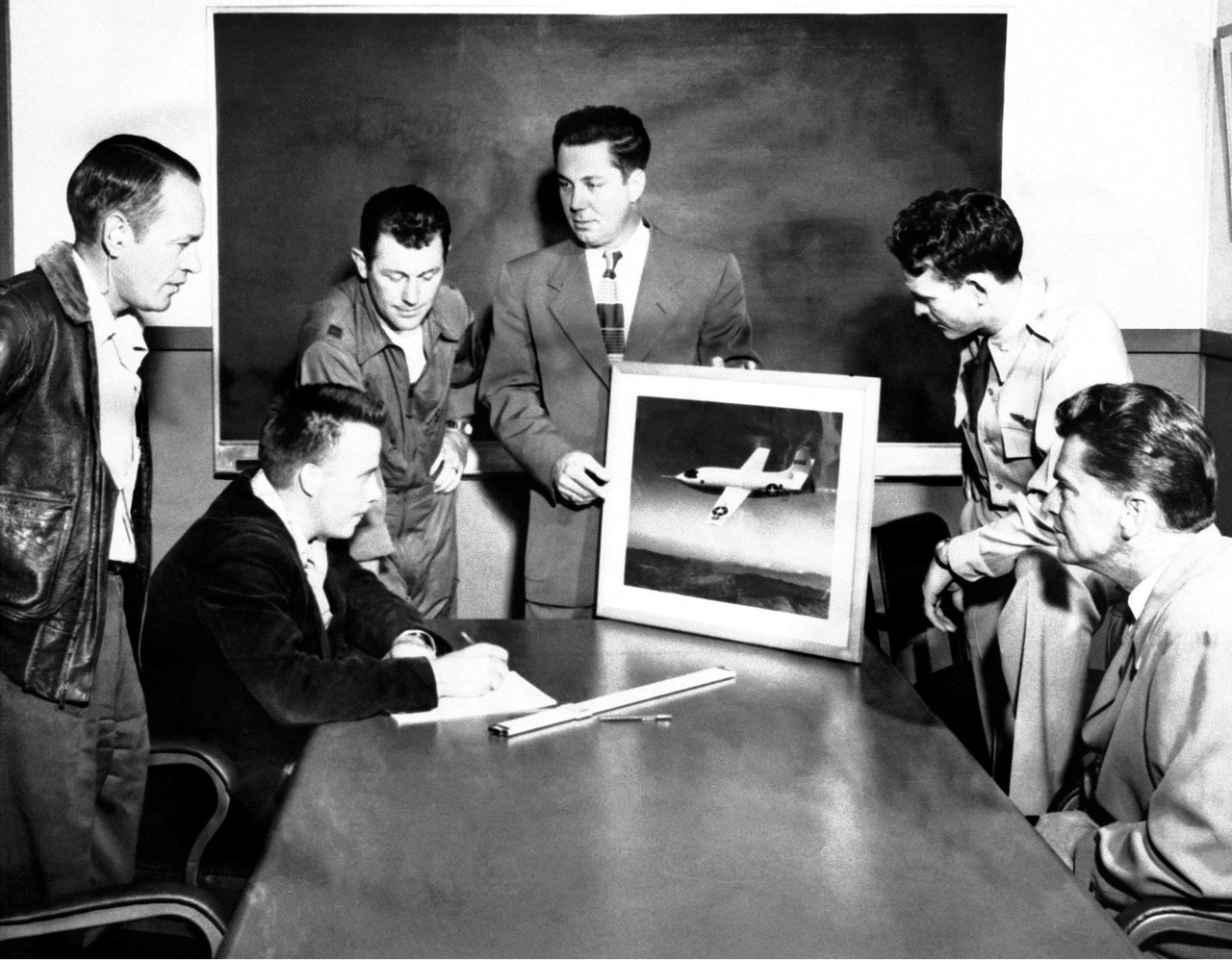 """Az XS-1 projekt fő alakjai, balról jobbra: Joseph Vensel (operatív igazgató), Gerald Truszynski (mérésügyi főnök), Charles """"Chuck"""" Yeager kapitány (pilóta), Walter Williams (csoportvezető), Jack Ridley őrnagy (pilóta) és De E. Beeler, főmérnök (1947)"""
