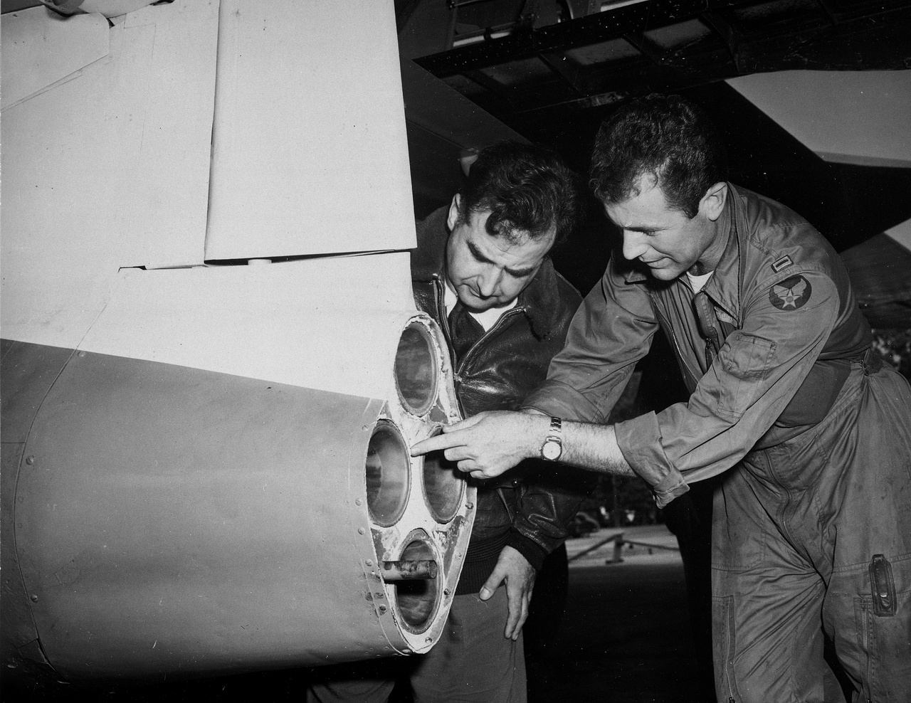 1950: Paul E. Garber a Smithsonian Intézet kurátora (balra) és Chuck Yeager a Glamorous Glennis hajtóművét vizsgálják, mielőtt a repülőgép a Smithsonian repülési múzeumába kerül.