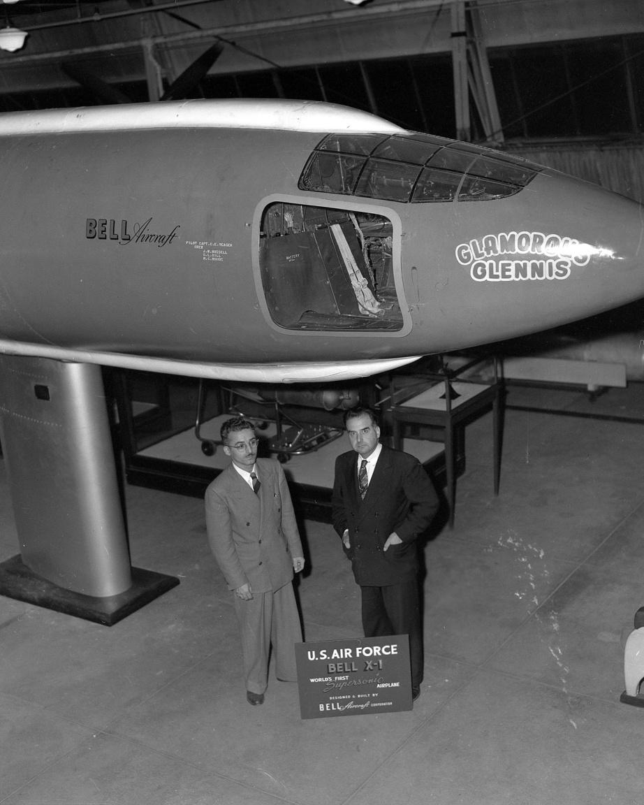 1950 őszén már múzeumba is került a Glamorous Glennis. A képen balra Joseph J. Marchese, a Bell Aircraft Corporation dizájncsoportjának projektmérnöke és                           Paul E. Garber, a Smithsonian repüléstörténeti múzeumának kurátora látható.