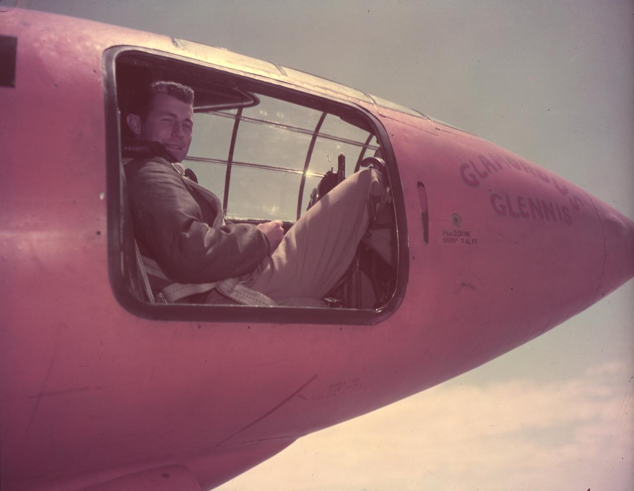 Chuck Yeager az X-1 pilótafülkéjében, a Muroc légibázison, ahol tesztek zajlottak.