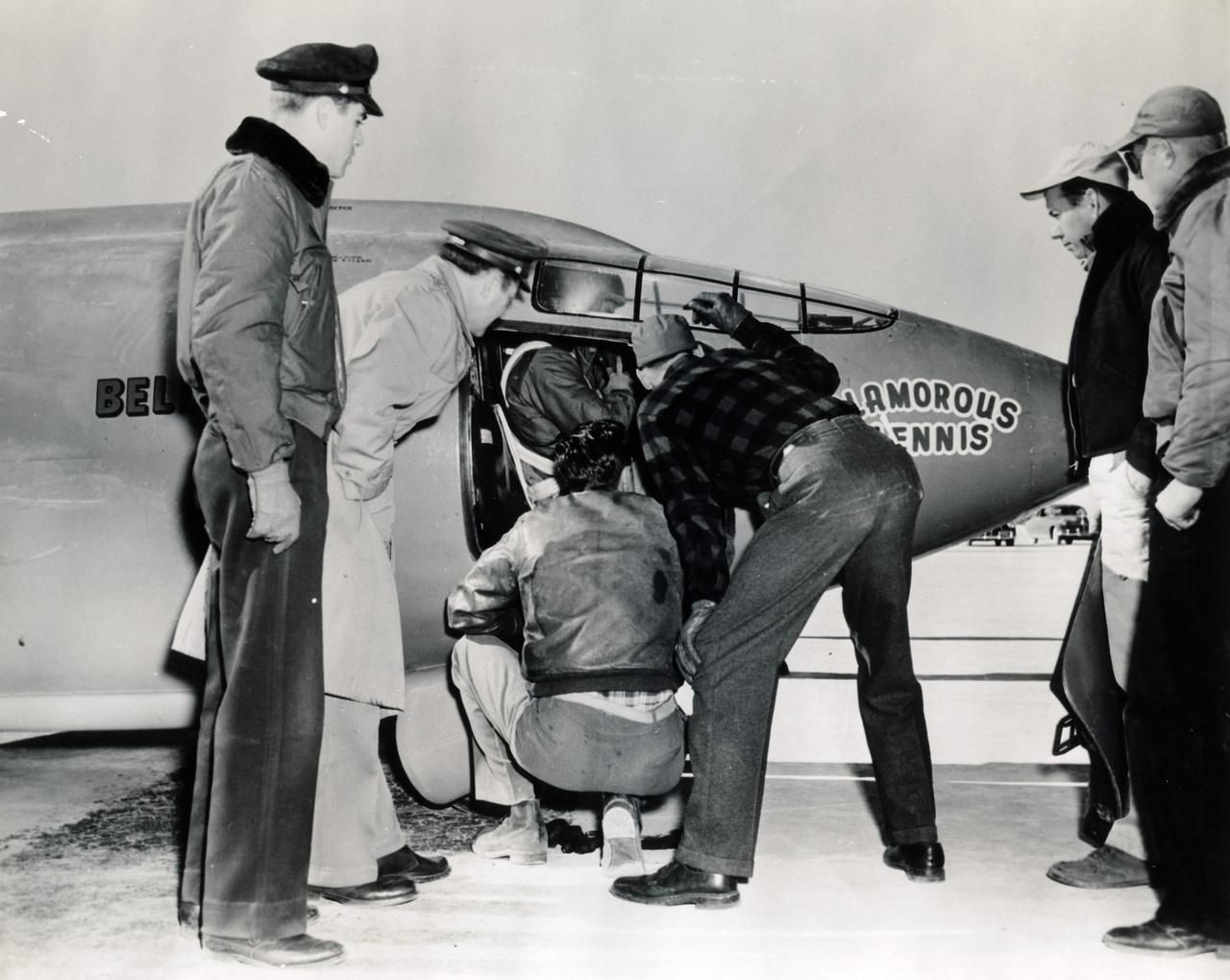 Chuck Yeager az X-1 pilótafülkéjében.
