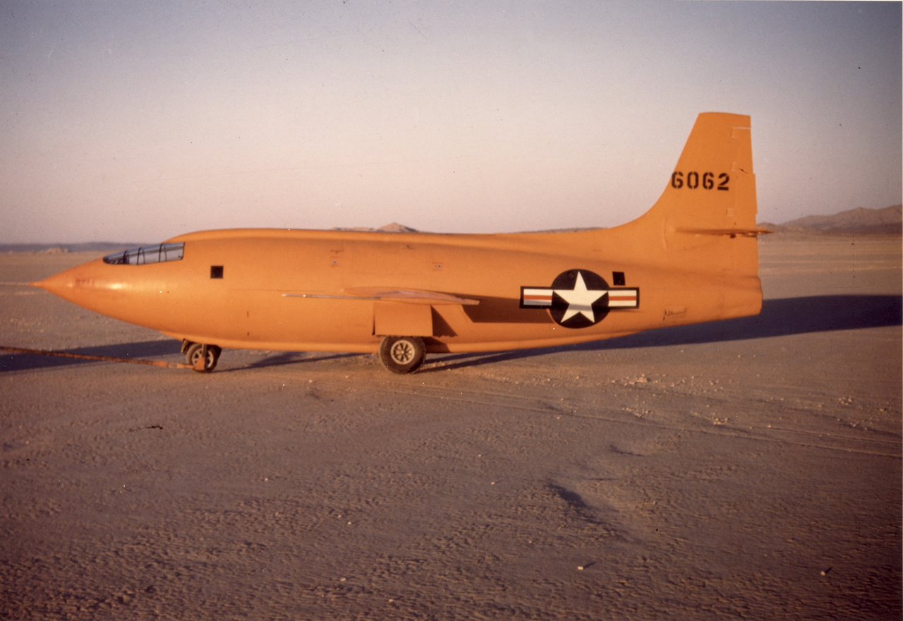 Az X-1 jellegzetes narancssárga színű festést kapott. Hogy miért? A magyarázat egyszerű: a kék éggel a narancssárga szín alkot tökéletes kontrasztot, ami a kezdeti tesztrepülések során létfontosságú volt a pontos megfigyelésekhez.
