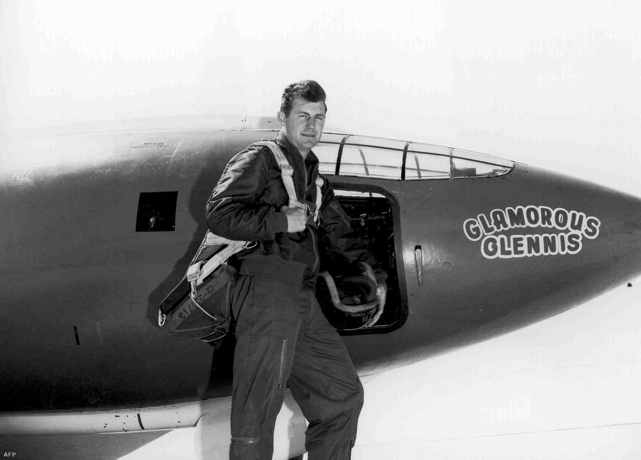 Charles E. Chuck Yeager kapitány feleségéről nevezte el a repülőgépet Elbűvölő Glennisnek.
