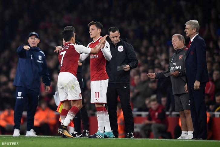 Alexis és Özil itt épp egymást váltja az Arsenal legutóbbi meccsén