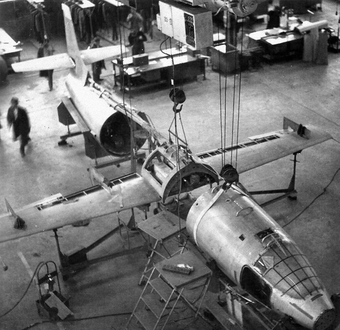 Fődarabok összeszerelése előtt – X-1 repülőgép építés alatt a Bell Aircraft Corporation buffalói gyárában.