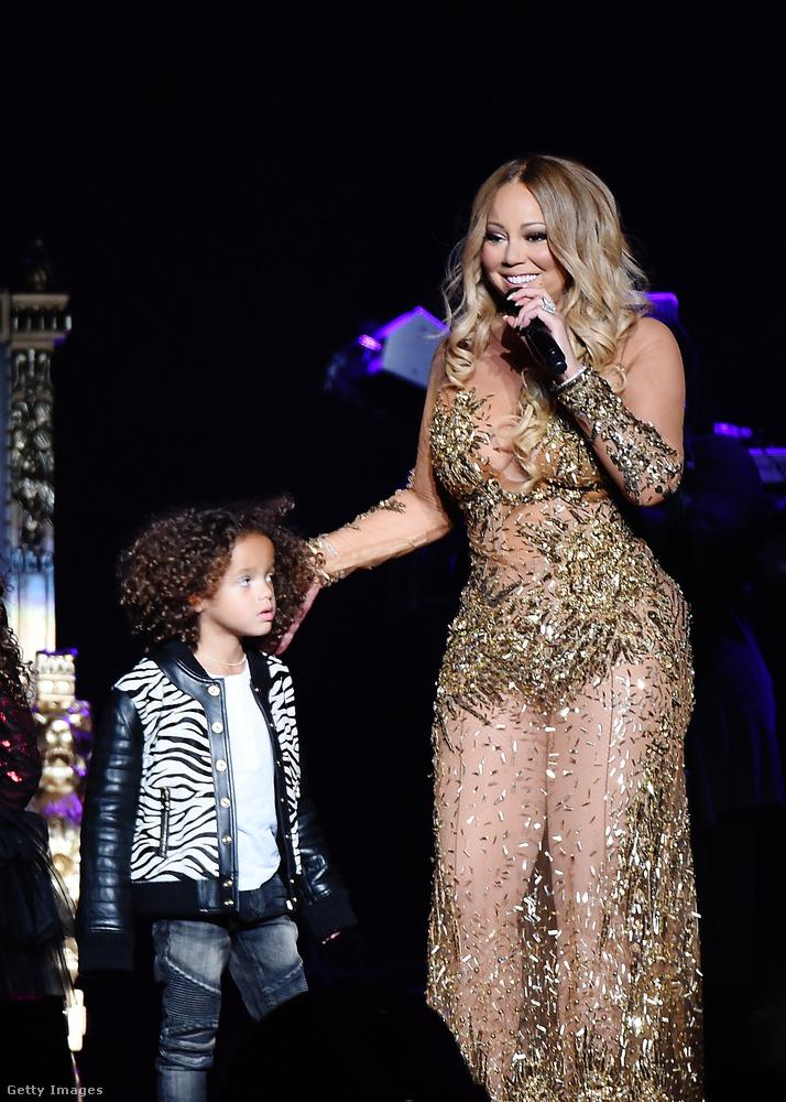 Át is kellett öltöznie ebbe, még ugyanazon az esten (ott mellette a kisfia, Moroccan látható),