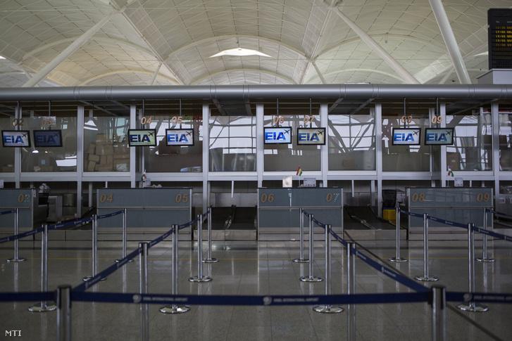 Az észak-iraki kurd autonóm régió székhelyének Erbílnek az üres repülőtéri várója 2017. szeptember 30-án egy nappal azután hogy életbe lépett a kurdisztáni repülőterek nemzetközi forgalmának iraki hatóságok által elrendelt leállítása. Az intézkedéssel Bagdad rá akarja bírni a kurd vezetést hogy adja át az erbíli és szulejmaníjai repülőtere feletti ellenőrzést.