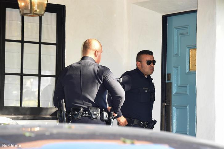 Rendőrök Remy Weinstein házánál 2017. október 11-én. Harvey öngyilkossággal fenyegetőzött, ezért hívták a rendőrséget.