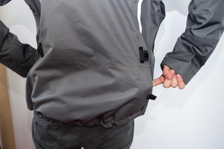 Nagy hátsó zseb, nem kell levenni a dzsekit, ha kotorászni akarunk benne. Balkezeseknek mondjuk annyira nem szerencsés