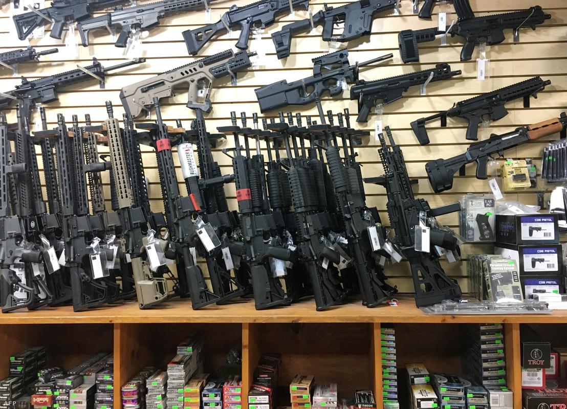 Félautomata fegyverkínálat egy Las Vegas-i fegyverboltban, Nevada államban 2017. október 4-én