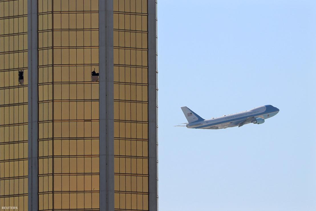 Donald Trump repülőgépe száll fel Las Vegasból, a Mandalay Bay kaszinóhotel mellett 2017. október 4-én. Ebben a hotelben bérelt szobát Paddock, a szoba ablakain keresztül kezdett lőni a tömegre.