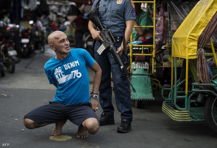 Egy kábítószer kereskedéssel gyanúsított férfit tartóztatnak le a rendőrök Manillában 2017. szeptember 28-án
