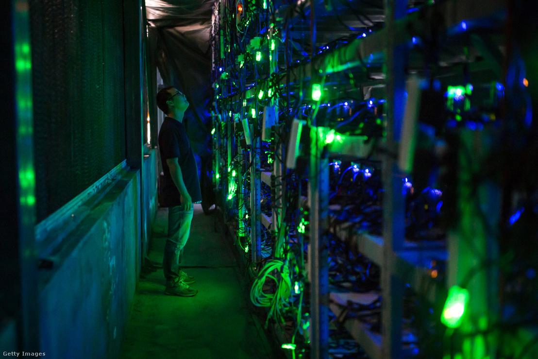 Guo-hua, a Haobtc bitcoin bánya egyik alkalmazottja ellenőrzi a bitcoin bányász gépeket Kongyuxiang város közelében, Kína Szecsuán tartományában