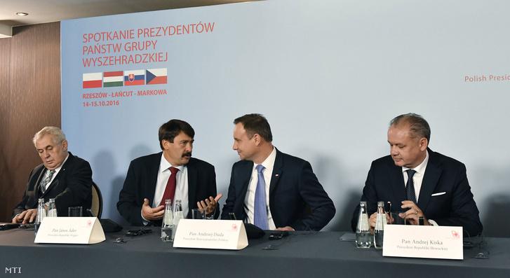 Milos Zeman cseh, Áder János magyar, Andrzej Duda lengyel és Andrej Kiska szlovák elnök a visegrádi csoport (V4) kétnapos államfői találkozójának záró sajtóértekezletén a délkelet-lengyelországi Rzeszówban 2016. október 15-én.