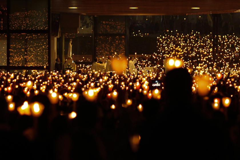 1917 óta zarándokok ezrei érkeznek a fátimai Cova da Iriába, évente legalább ötmillióan keresik fel a szent helyet.