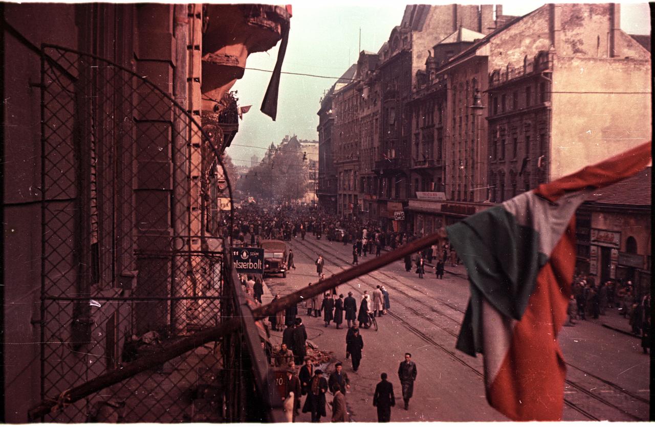 1956. A Kossuth Lajos utcán téglatörmelék, a távolban, a Semmelweiss utcánál könyvégetés.