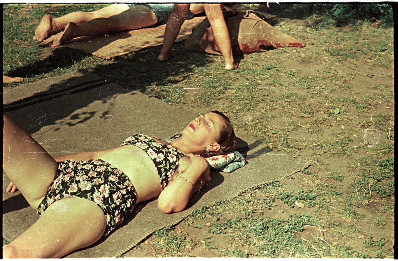 Napozó nő a Palatinus strandon.
