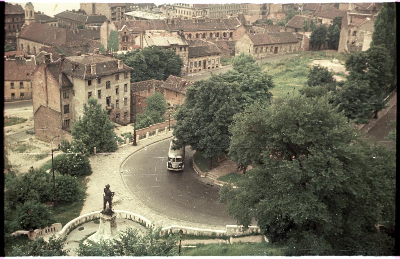 Ikarus busz kanyarodik Budán, a Hunyadi János úton.