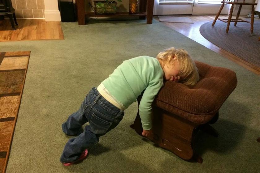 Nem alszik, csak nagyon laza a kissrác!
